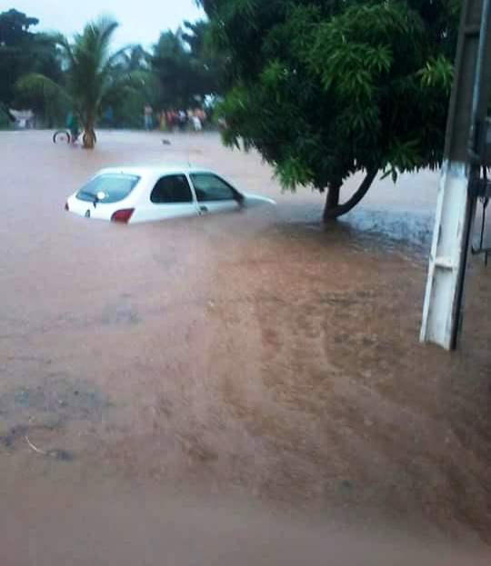 Veículos estacionados ficaram submersos.