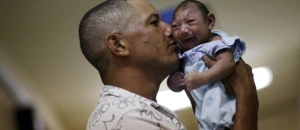 Geovane Silva segura o filho, Gustavo Henrique, que nasceu com microcefalia no Recife (Foto: Ueslei Marcelino / Reuters)
