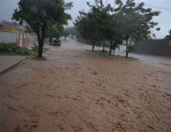 Chuva alaga ruas e granizo e ventania provocam destruição no interior da Paraíba