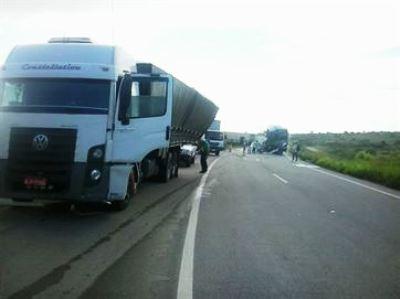 Ônibus se choca com traseira de caminhão na BR-230 e passageiro morre