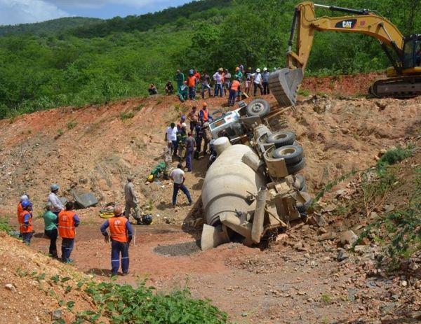 Caminhão despenca em obra da Transposição do Rio São Francisco e deixa motorista ferido