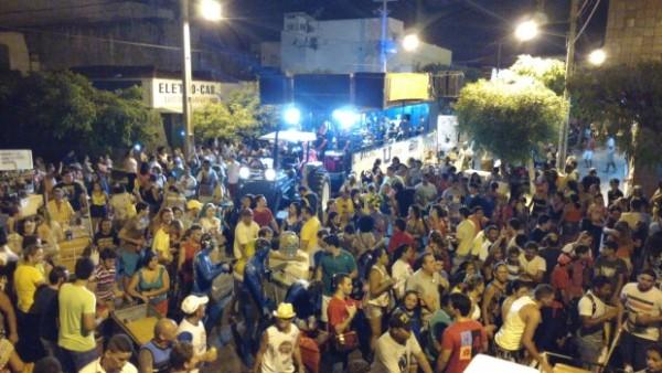 Bloco do Magão arrasta multidão no segundo dia de folia em Caicó