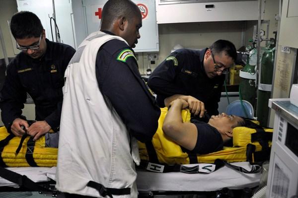 Marinha do Brasil resgata tripulante de Navio Mercante ferido em alto-mar