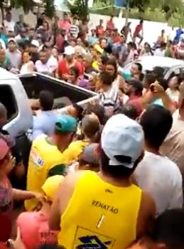 Dezenas de pessoas aplaudiram a chegada dos corpos, comemorando as mortes dos bandidos.