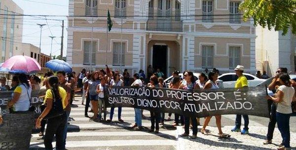 Professores fazem protesto em frente a prefeitura de Currais Novos