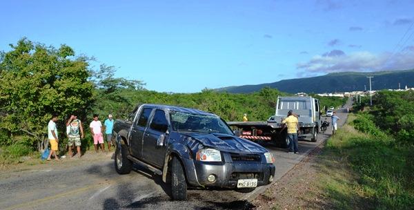 A caminhonete Frontier ficou parcialmente destruída.