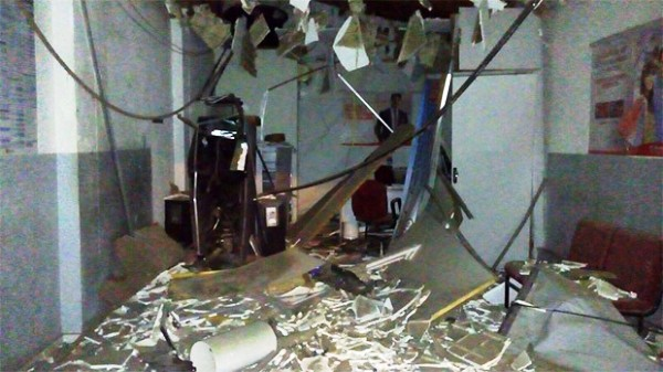 ROTINA: Criminosos explodem caixa de banco em Montanhas, no RN