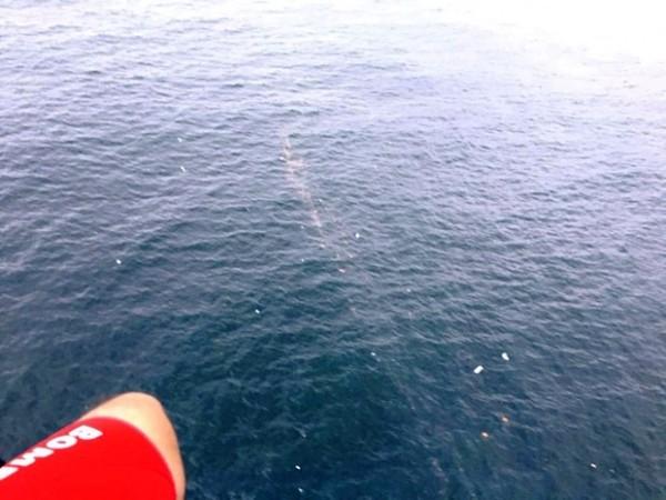 Bombeiros avistaram destroços e manchas de óleo no mar (Foto: Corpo de Bombeiros/Divulgação