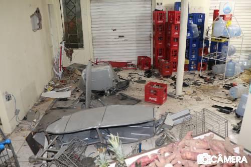 TIBAU: Criminosos arrombam supermercado, explodem caixa eletrônico e metralham delegacia