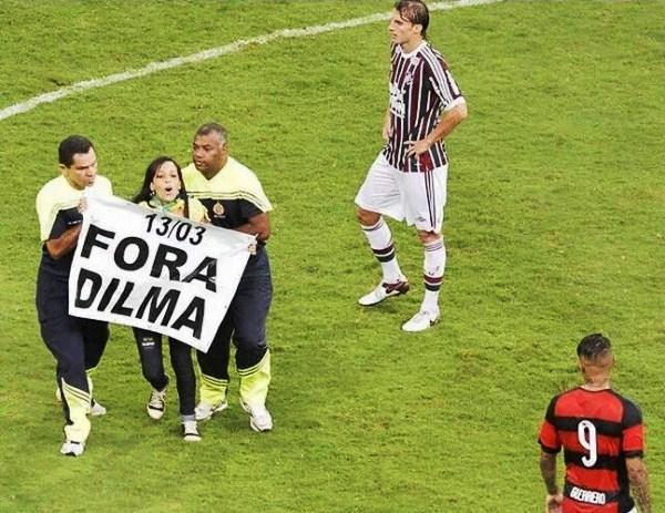 """Mulher dribla segurança, entra em campo com cartaz e Estádio grita """"Fora Dilma"""" durante o Fla-Flu"""