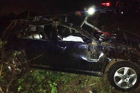 O veículo ficou parcialmente destruído.