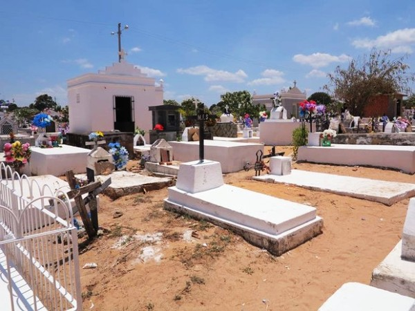 Corpo é enterrado por engano no Cemitério de Parnaíba, no Litoral (Foto: Denilson Freitas/Blog do Pessoa)