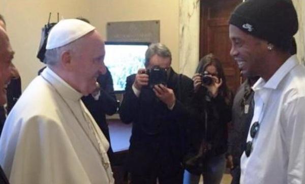 Papa Francisco recebe Ronaldinho no Vaticano