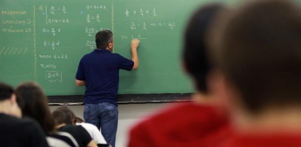 Diminui a diferença entre jovens ricos e pobres que concluem o ensino médio