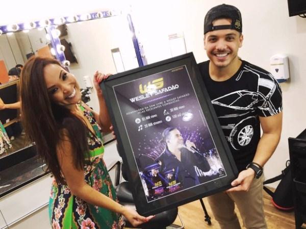 SUCESSO: Wesley Safadão recebe disco de platina por DVD ao vivo em Brasília