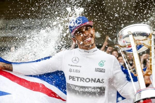 Mercedes domina novo formato de treinos e Hamilton abre temporada na pole