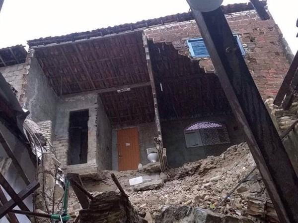 Chuva derruba parte de casa em cima de residência na Zona Leste de Natal
