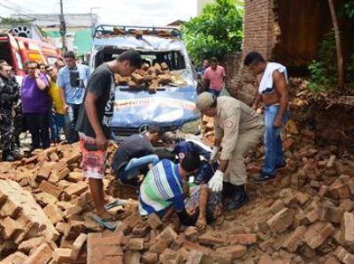 Muro de casa desaba em cima de van e deixa três pessoas feridas na Paraíba