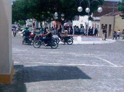 Grupo assalta Correios na PB, faz pessoas de escudo e foge em viatura da PM; vídeo