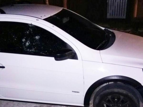 Imagem mostra o carro da mulher do PM, alvo dos assaltantes (Foto: Reprodução/Inter TV Cabugi)