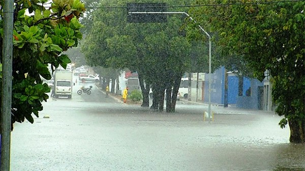 NATAL: Chuva causa alagamentos e interdita avenida na Zona Sul