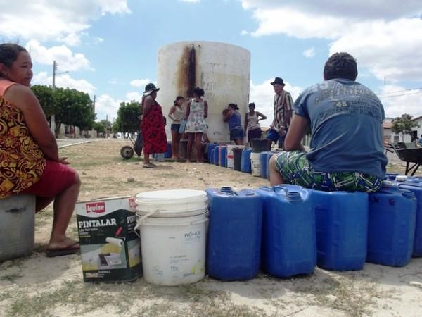 Em muitos municípios, moradores precisam enfrentar filas para conseguir água (Foto: Anderson Barbosa/G1)