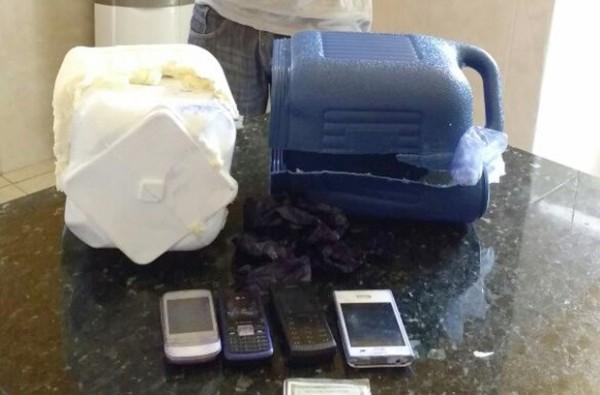 Dentro da garrafa térmica, agentes encontraram quatro aparelhos celulares (Foto: Divulgação/CDP de Apodi)