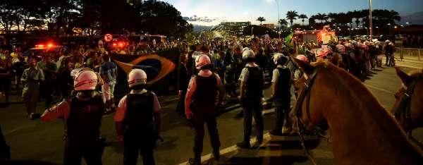 Novo protesto em frente ao Planalto pede renúncia de Dilma