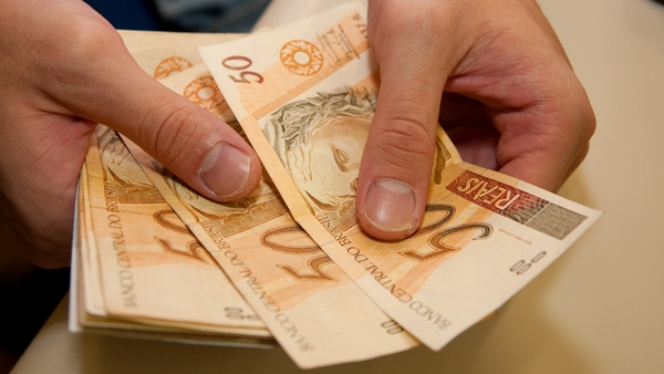 Salário mínimo de R$ 946 não representará aumento real, destaca governo