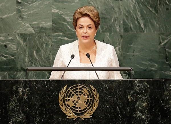 A presidente Dilma Rousseff discursa durante cerimônia de assinatura do Pacto de Paris, na ONU.