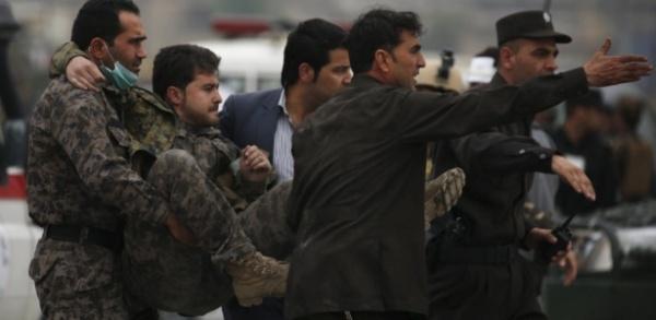 Atentado suicida deixa 28 mortos e 327 feridos na capital do Afeganistão