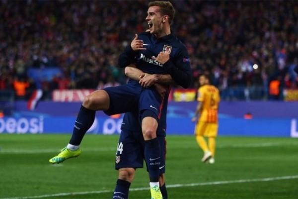 Com polêmica, Griezmann marca dois e Atlético elimina o Barça