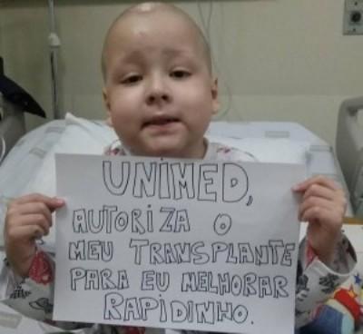 Este garotinho está mobilizando a internet para seu plano de saúde autorizar um transplante