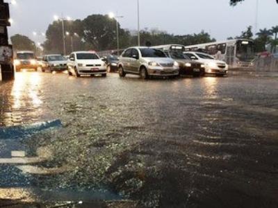 João Pessoa teve 134mm de precipitação em 24 horas (Foto: Walter Paparazzo/G1)