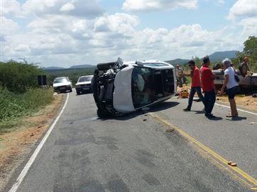 Batida entre dois carros deixa um morto e dois feridos na PB