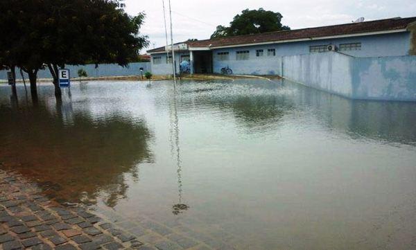 A frente do hospital ficou inundada dificultando o acesso de ambulâncias e pedestres.