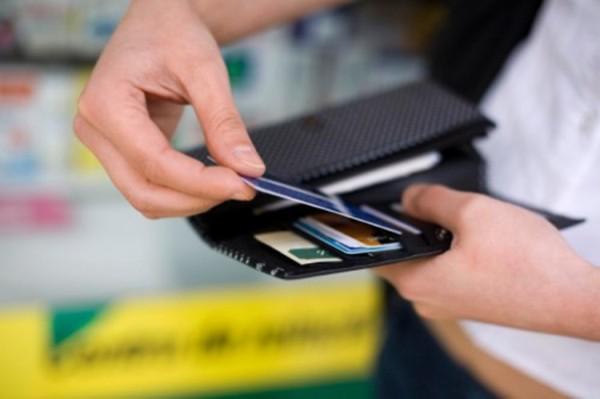 Juros do cartão de crédito sobem em março e atingem 432,24% ao ano