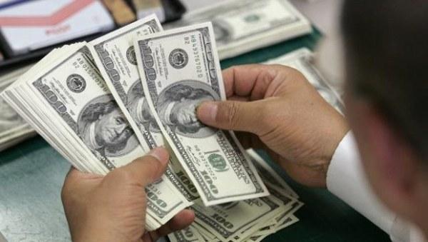 Dólar cai e bolsa fecha no maior nível em nove meses