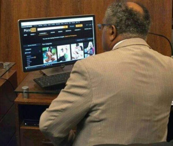 Vereador Lino Peres foi fotografado navegando por um site pornográfico durante expediente.