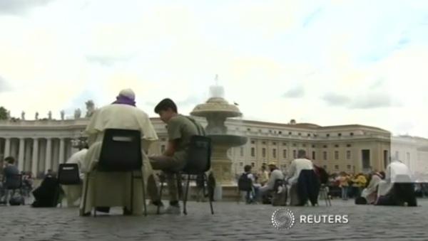 Papa Francisco ouve confissão de adolescentes na Praça de São Pedro