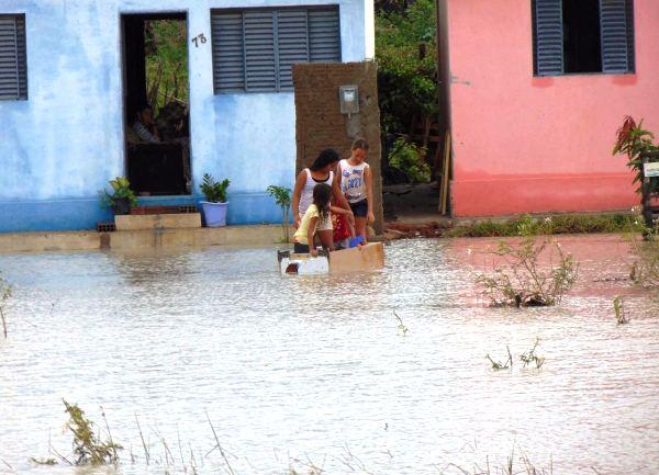 No conjunto Jesus Menino a água encobriu o acesso as residências.