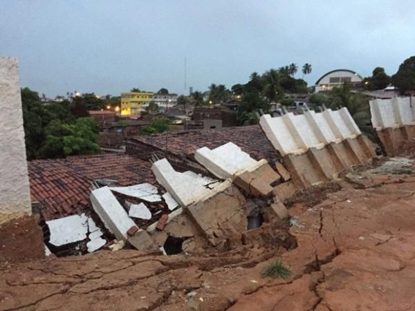 Muro caiu no bairro de Mandacaru e atingiu uma casa (Foto: Walter Paparazzo/G1)