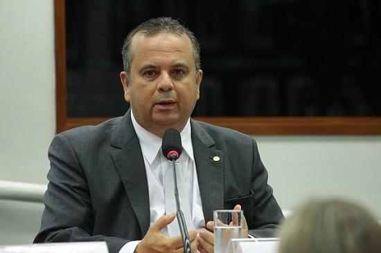 """""""Mais um cadáver desenterrado"""", diz Rogério após Petrobras investir US$ 26 bi em negócios fajutos"""
