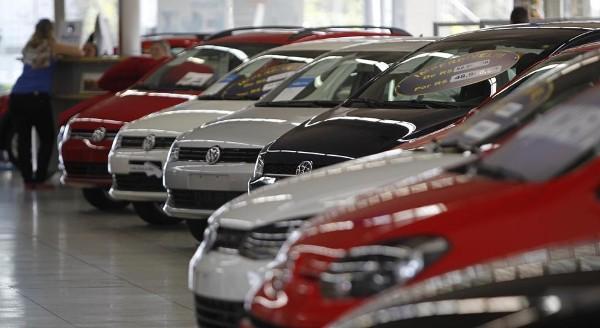 Venda de veículos novos despenca 23% em março