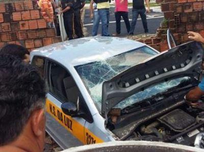 Aluna perde controle de carro e derruba muro durante prova do Detran, na Paraíba