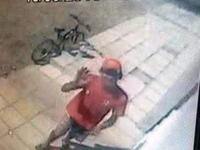 Homem dá tchau para câmera, invade residência e rouba bicicleta avaliada em R$ 3 mil