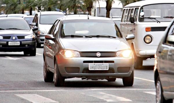 Uso obrigatório de farol baixo durante o dia em rodovias é regulamentado por lei