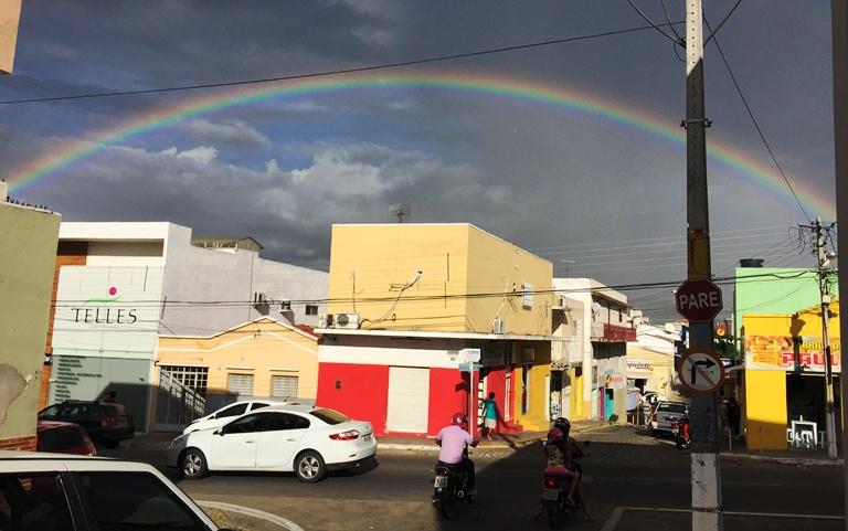 Céu de Currais Novos é presenteado com um belo arco-íris na tarde desta terça-feira