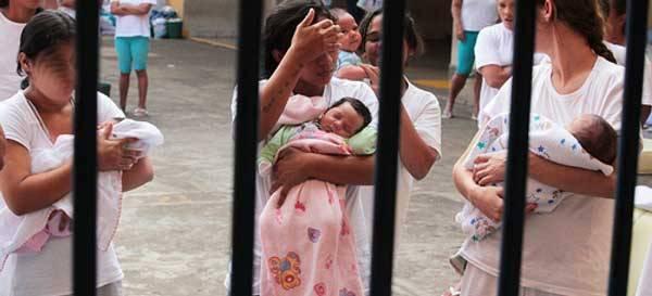 Presa com filho de até 12 anos pode solicitar prisão domiciliar