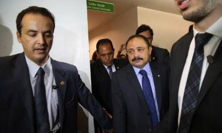 CARA DE PAU : Após recuo, Maranhão entra na Câmara sem dar declarações